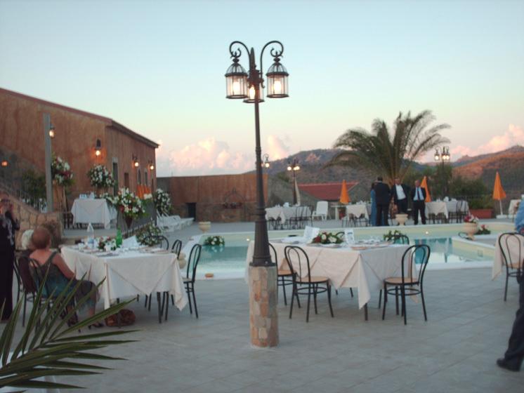 Esterno tavoli piscina agriturismo sicilia patti porticella